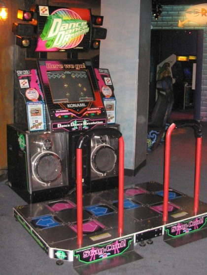 Myös tanssipelit lanseerattiin ensin pelihalleissa. Kuvassa Dance Dance Revolutionin Pohjois-Amerikan versio. Kuva Wikipediasta.