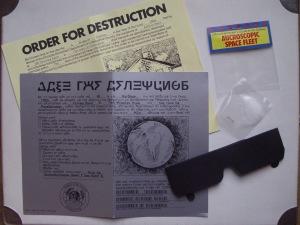 """The Hitchhiker's Guide to the Galaxy -pelin (1984) mukana toimitettuja oheistarvikkeita (engl. """"feelies""""). Kuvalähde: Wikipedia."""