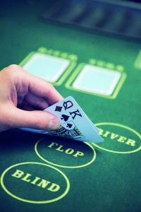 Pokeri kasinossa pelattavana pöytäpelinä (Kuvaaja Ville Juurikkala)