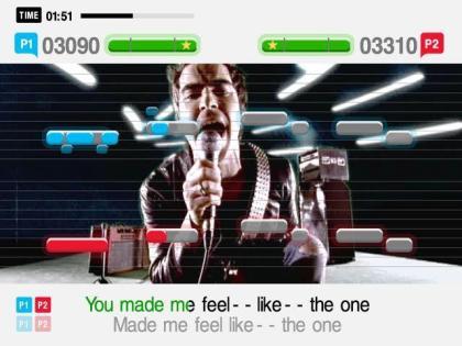 Kuvakaappaus SingStarista. Kappaleen sanat näkyvät ruudun alalaidassa, kuvan (biisin musiikkivideo) päällä olevat vivat kertovat miltä korkeudelta on tarkoitus laulaa. Kuvan tilanteessa on kyseessä duetto (kaksi viivastoa). Kuva Wikipediasta.